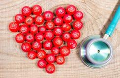 Świeża owoc głóg z stetoskopem Pojęcie alternatywna medycyna obrazy stock