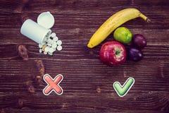 Świeża owoc i leki z czek oceną Fotografia Stock