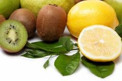 Świeża owoc. Kiwi i cytryna odizolowywający na biel. Zdjęcie Stock