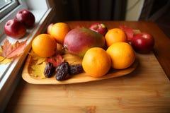 Świeża owoc na drewnianym tle zdjęcia stock