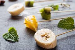 Świeża owoc na skewers dla fondue Stół dla lata przyjęcia obrazy stock