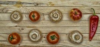 Świeża owoc Pieczarki, pomidory, pieprze i Apple na drewnianym stole, Obrazy Royalty Free