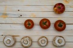 Świeża owoc Pieczarki, pomidory, pieprze i Apple na drewnianym stole, Zdjęcie Royalty Free