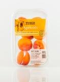 Świeża owoc Pomarańczowe Rubinowe morele Punnet od Tesco Zdjęcia Stock