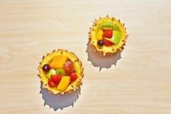Świeża owocowa sałatka w ananasowym pucharze na drewno stole zdjęcie royalty free