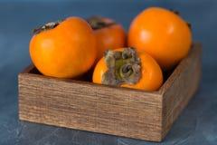 Świeża persimmon owoc w drewnianym pudełku z bliska zdjęcia royalty free