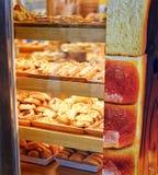 Świeża piekarnia przez okno Zdjęcie Stock