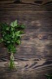 Świeża pietruszka na drewnianym tle Zdjęcia Stock