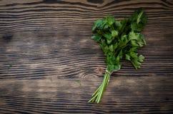 Świeża pietruszka na drewnianym tle Zdjęcie Stock