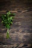 Świeża pietruszka na drewnianym tle Zdjęcia Royalty Free