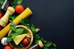 Świeża pietruszka na tnącej desce i nożu _ zdrowe jeść greenfield Odgórny widok Pojęcie zdrowa dieta obraz stock