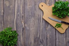 Świeża pietruszka na tnącej desce i nożu _ zdrowe jeść greenfield Odgórny widok Pojęcie zdrowa dieta zdjęcia royalty free