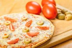Świeża pizza na drewnianym stole Zdjęcia Royalty Free