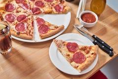 Świeża pizza z pepperoni kiełbasianymi na drewnianym stole w restauraci Obrazy Stock