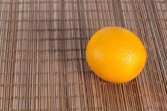 Świeża pomarańcze na ciemnej bambus macie zdjęcia stock