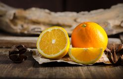 Świeża pomarańcze na drewnianym Stołowym tle Zdjęcie Stock