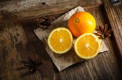 Świeża pomarańcze na drewnianym Stołowym tle Obrazy Stock
