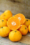 Świeża pomarańcze na drewnianym stole w jadalni Zdrowa owoc dla gubi ciężar, Świeże pomarańcze na drewnianym tle Zdjęcie Royalty Free