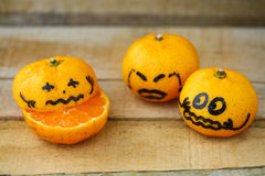 Świeża pomarańcze na drewnianym stole w jadalni Zdrowa owoc dla gubi ciężar, Świeże pomarańcze na drewnianym tle Obraz Stock