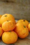 Świeża pomarańcze na drewnianym stole w jadalni Zdrowa owoc dla gubi ciężar, Świeże pomarańcze na drewnianym tle Zdjęcie Stock