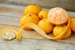 Świeża pomarańcze na drewnianym stole w jadalni Zdrowa owoc dla gubi ciężar, Świeże pomarańcze na drewnianym tle Obrazy Stock