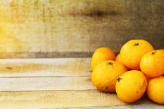 Świeża pomarańcze na drewnianym tle dla zdrowego Organicznie lub czysta owoc od sadu w rynku Czyści owoc i napój dla zdrowie Obraz Stock