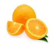 Świeża pomarańczowa owoc i liść z kroplami odizolowywać na whit woda Obraz Royalty Free