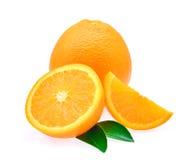 Świeża pomarańczowa owoc z liścia i wody kroplą odizolowywającą na białych półdupkach Obraz Stock