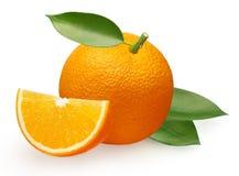 Świeża pomarańczowa owoc z plasterkiem i zielenią opuszcza na bielu Obraz Royalty Free