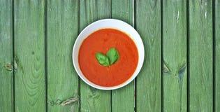 Świeża pomidorowa polewka na zielonych drewnianych deskach Fotografia Royalty Free