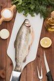 Świeża pstrąg ryba na pikantność i stole Obraz Royalty Free