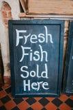 Świeża ryba sprzedająca tutaj Fotografia Stock