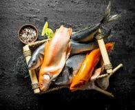 Świeża ryba w pudełku z czosnkiem, pikantność i wapnem, obrazy royalty free
