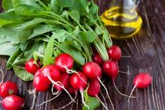 Świeża rzodkiew z liśćmi naolej do smażenia i deskach Fotografia Royalty Free