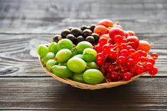 Świeża słodka jagoda w koszu na drewnianym tle Obraz Stock