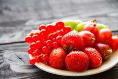 Świeża słodka jagoda w koszu na drewnianym tle Fotografia Stock