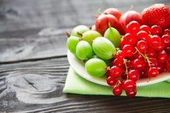 Świeża słodka jagoda w koszu na drewnianym tle Zdjęcie Stock