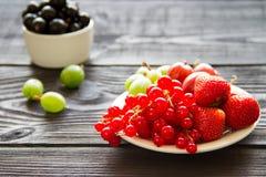 Świeża słodka jagoda w koszu na drewnianym tle Zdjęcie Royalty Free