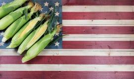 Świeża słodka kukurudza na zatartej drewnianej flaga Stany Zjednoczone Americ Fotografia Stock