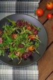 Świeża sałatka z arugula, garnelą, czereśniowym pomidorem i avocado, Drewniany tło Zakończenie Odgórny widok Zdjęcie Stock