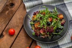 Świeża sałatka z arugula, garnelą, czereśniowym pomidorem i avocado, Drewniany tło Zakończenie Odgórny widok Zdjęcia Royalty Free