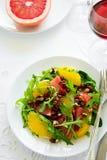Świeża sałatka z arugula, pomarańcze, grapefruitowym, orzechy włoscy i granatowów ziarna Zdjęcia Stock