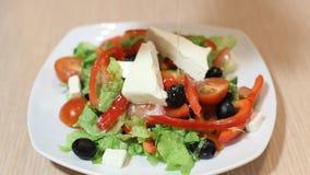 Świeża sałatka z oliwa z oliwek odizolowywającym na białym tle, nalewa sałatkowego opatrunek w tnących warzywa, żywność organiczn zdjęcie wideo