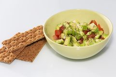 Świeża sałatka z pomidorami i avocado na białym tle w górę zdrowa żywność obrazy stock