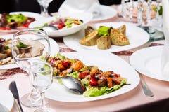 Świeża sałatka z pomidorami i mięsem Wyśmienicie przygotowany i dekorujący jedzenie na stole w restauraci obraz royalty free