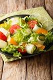 Świeża sałatka zucchini, pomidory, sałata i wapno, ubierał z Zdjęcia Royalty Free
