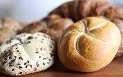 Świeża skorupiasta chlebowa rolka z linseed i słonecznikowym ziarnem na drewnianym tle Zdjęcia Royalty Free