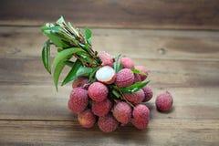 Świeża soczysta lychee owoc, strugająca pokazywać ciało biel na drewnianym tle obrazy stock