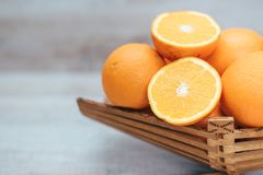 Świeża soczysta pomarańcze na drewnianej wazie fotografia royalty free