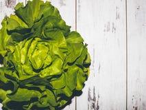Świeża soczysta zielona sałata na projektującym stole Zdjęcia Stock